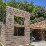 Маленький Дом с Плоской Крышей на бразильском склоне как эталон современных тенденций